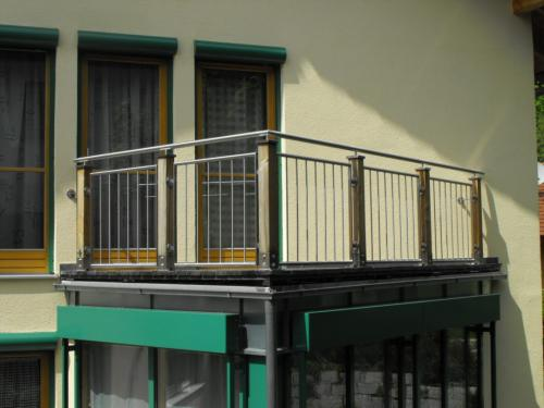 Balkongelaender-mit-Holzpfosten-2-1080x810